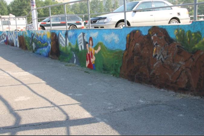 В Свердловском районе серая стена запестрела картинами